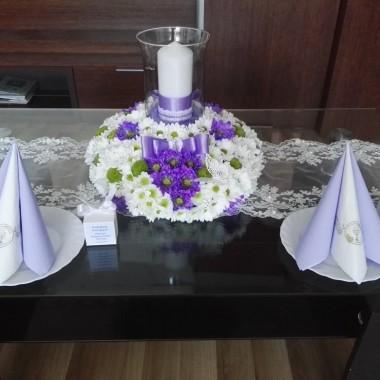 Dekoracje na komunij stół i net tylko oczywiście biały w roli głównej i fiolet jako dodatek:) Kwieciście i uroczyście o to moje dzieła &#x3B;)