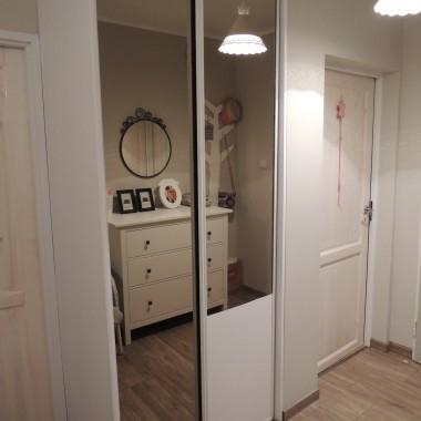 Zabudowaną szafę pomalowaliśmy na biało(była rudo-drewniana), szkoda nam było się jej pozbywać, ponieważ jest bardzo pojemna