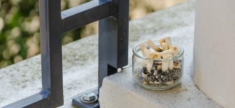 Palenie papierosów na balkonie - czy to legalne?