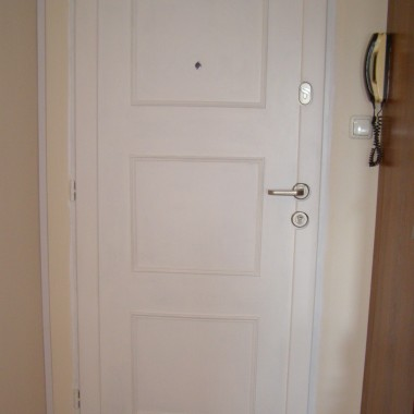 Metamorfoza drzwi wejściowych w mieszkaniu w bloku