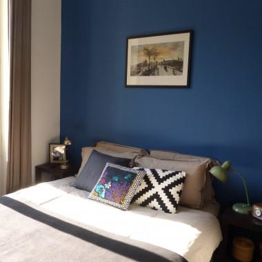 Sypialnia ze ścianą w kolorze indygo