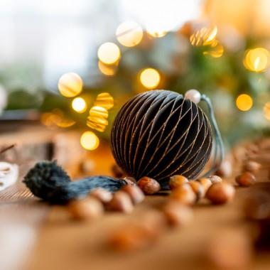 Dodatki w kolorze karmelu, cynamonu, koniaku, rdzy czy rudego, zasypały w tym roku holenderskie sklepy wnętrzarskie. Nie mogło zatem zabraknąć go na Święta! Kiedy pierwszy raz zobaczyłam karmelowe dekoracje świąteczne zakochałam się w nich po uszy. Niby taki zwykły kolor, totalnie nieświąteczny a jaki miły w odbiorze. Kiedy w końcu zapadła decyzja o tym, że spędzamy Święta Bożego Narodzenia w domu, wiedziałam dokładnie w jakim będą kolorze! Tak, będą we wszystkich odcieniach rudości!