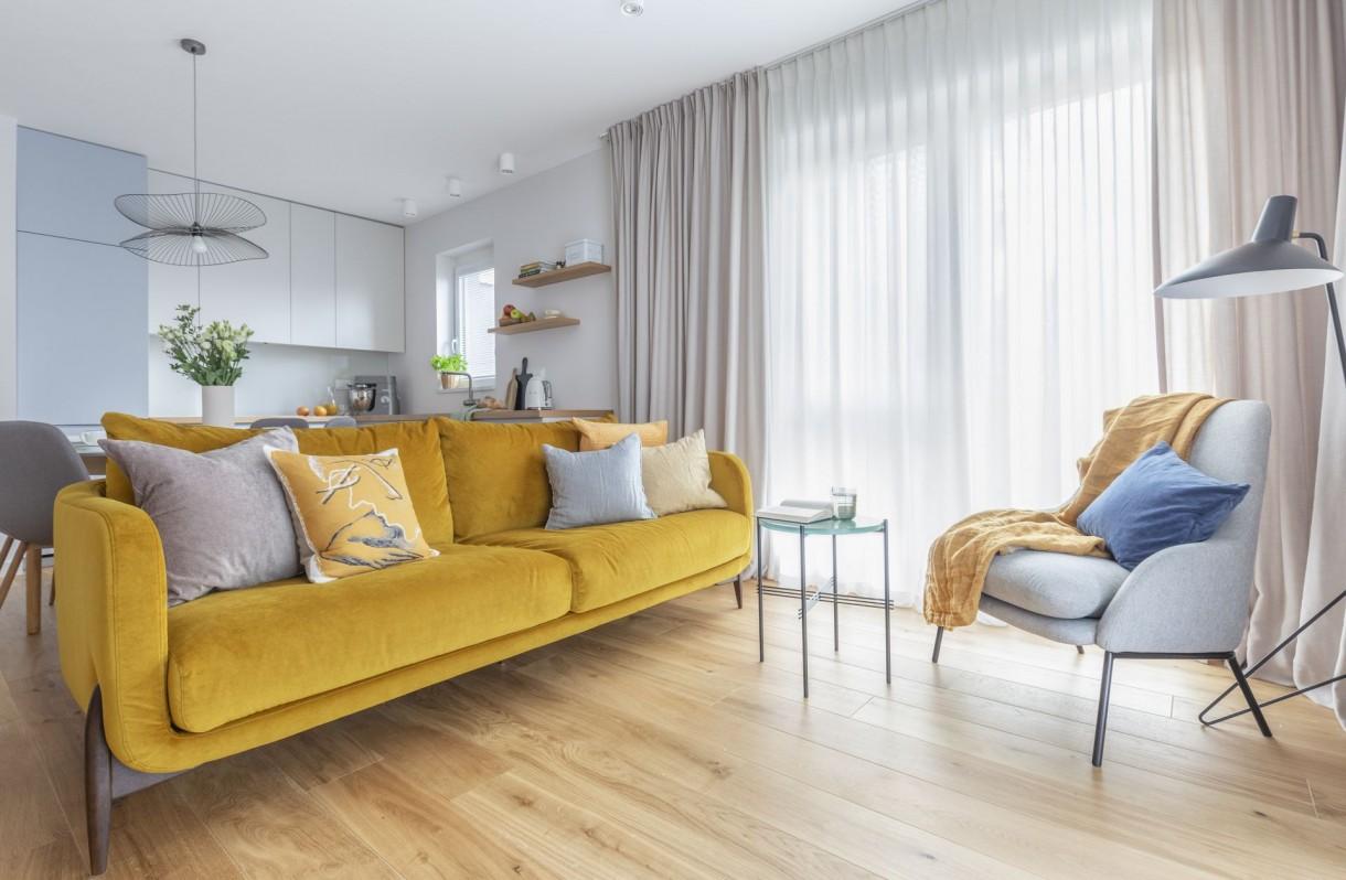 Domy i mieszkania, Mieszkanie na Białołęce w kolorach roku 2021 - Właściciele mieszkania zgłosili się do pracowni Decoroom, ponieważ zależało im przede wszystkim na funkcjonalnej organizacji przestrzeni. Byli otwarci na propozycje architektów, jednak mieli też swoje jasno sprecyzowane oczekiwania, które projektanci wzięli pod uwagę.