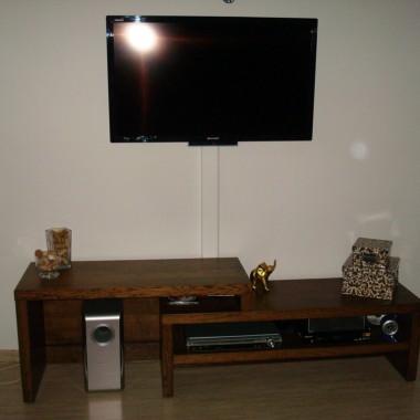 Stolik pod TV gdzieś podpatrzony w katalogu, nieco zmodyfikowany i wykonany przez męża.