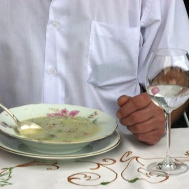 """oto mój mąż zajadający """"śmietnik"""", tak nazywamy zupę jarzynową pełną warzywps. dopisuję, że nie ubrałam go w białą koszulę do zdjęcia:))) wrócił świeżo z pracy!"""