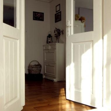 widok od wejścia z ganku, białe drzwi przeszły czyszczenie i malowanie