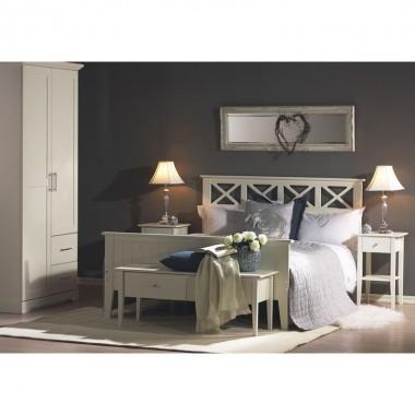 Inna stylizacja sypialni urządzonej meblami sypialnianymi z kolekcji Laura. Ciemna ściana jest mocnym kontrastem dla białych mebli w stylu skandynawskich. Meble można zamówić u producenta: meblarnia.com.pl