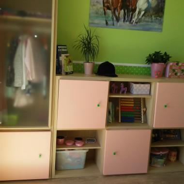 W szafie pełniącej kiedyś rolę barku w salonie, zrobiłam drążek na ubrania. Fronty mebli pomalowane na blady róż.