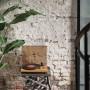 Domy i mieszkania, W industrialnym klimacie, czyli mieszkanie w stylu loft - Oświetlenie w industrialnym wnętrzu We wnętrzu zaprojektowanym przez pracownię kluczowy był kontrast. Pozostawioną ceglaną i betonową strukturę architekci przełamali neutralną, ale elegancką i matową czernią. Przestrzeń uzupełnia dużo zieleni i oryginalne elementy wyposażenia. Materiały i kolorystyka to ważny element każdego procesu projektowego, podobnie jak oświetlenie. Wybierając oświetlenie do industrialnej przestrzeni, warto postawić na takie, które idealnie podkreśli faktury ścian. Takie zadanie mogą spełniać m.in.: reflektory punktowe.