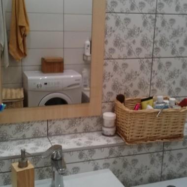 Mała łazienka w bloku.