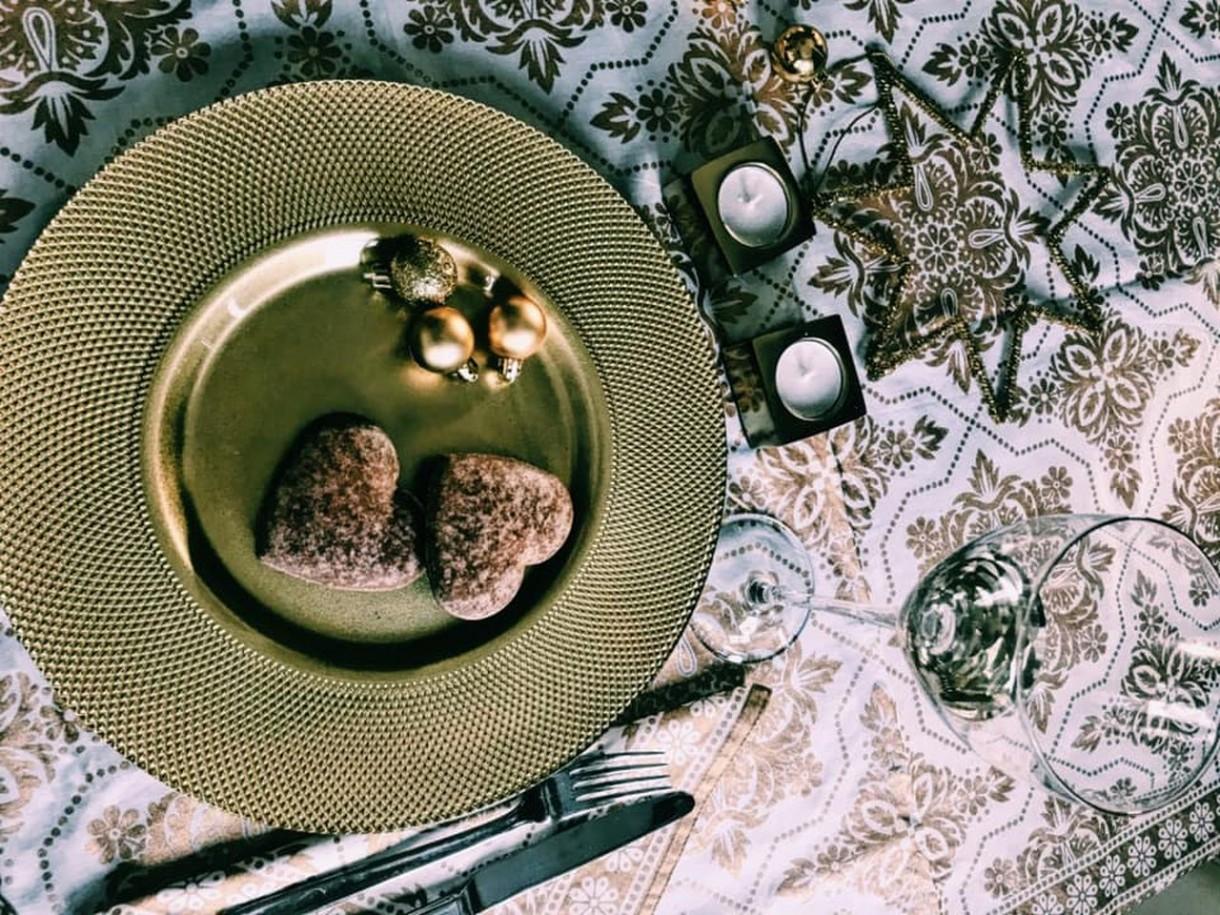 Dekoracje, Tak udekorujesz świąteczny stół. Pomysły projektantki - Jeśli do dekoracji stołu użyjemy ciut czerwieni a mniej brokatu, taki zestaw powinien dobrze współgrać ze stylem skandynawskim – radzi właścicielka pracowni Miśkiewicz Design. Jeśli natomiast użyjemy więcej bieli to dobrze wypadnie w zdecydowanej większości wnętrz, ponieważ biel pasuje zawsze.
