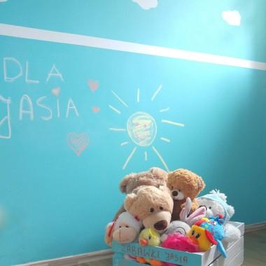 Taka skrzynka pomalowana w kolory pokoju idealnie do niego pasuje:)