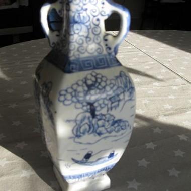 śliczny wazonik z chińskiej porcelany / cena 30 zł plus koszty wysyłki/