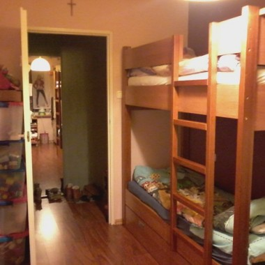 Pokoik jest bardzo mały dziewczyny dwie 5 i 11 latka. WYMIARY 2,20 NA 4,10 Potrzebuję porad jak urządzić taki mały pokój aby wstawić dwa biurka szafę i szafkę na książki. Już nie mam pomysłu może jakaś podpowiedź