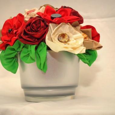 Bukiecik z kwiatów z materiału jako ozdoba na stół