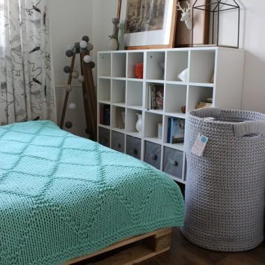 Sypialnia z miętową narzutą