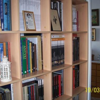 Kocham swój dom pełen ludzi, książek i obrazów.... Może niewiele w nim się zmienia (zdjęcia są z października) ale wciąż jest mi w nim dobrze :)