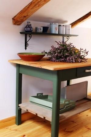 Dekoratorzy, Farby Allback, czyli powrót do tradycji - Stół kuchenny malowany kolorem Spruce Green, tace kolorem Wild Sage