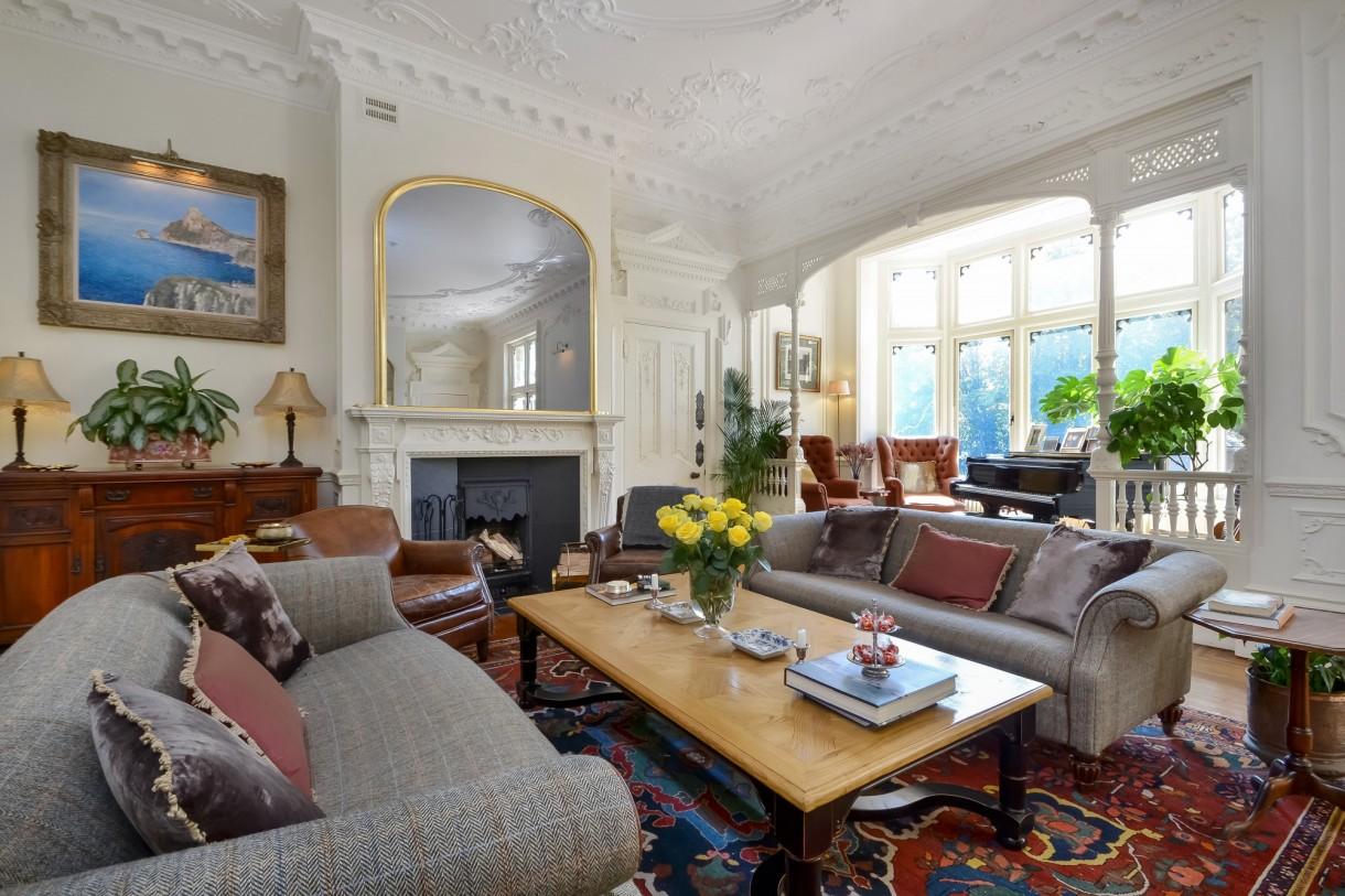 """Domy i mieszkania, Tajemnicza posiadłość Brankesmere wystawiona na sprzedaż - Zbytkowa rezydencja klasy II została zbudowana przez piwowara Sir Johna Brickwooda w latach 90. XIX wieku. Po wybuchu pierwszej wojny światowej Sir John hojnie oddał dom do dyspozycji Czerwonego Krzyża. W 1923 r. nazwa domu zmieniła się na Byculla i stała się Byculla School dla """"córek oficerów i zawodowych mężczyzn"""", w 1940 r. majątek stał się tymczasową kwaterą główną sił policyjnych w Portsmouth i Southampton City, gdzie utworzyli obecną Straż Hampshire.  Źródło: Fine & Country/Solent News & Photo Agency/Solent News/East News"""