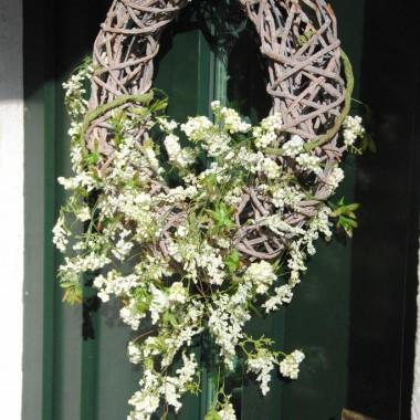 Na drzwiach powiesiłam wiosenny wianek :)