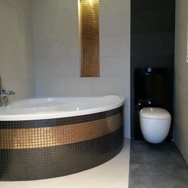 Łazieka z elementami złotej mozaiki