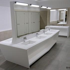 Umywalki wielostanowiskowe w toaletach publicznych.