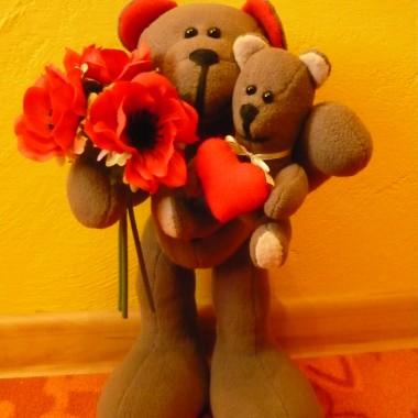 Zakochany miś może ofiarować swojej Walentynce nie tylko kwiaty, ale i pluszowego misia