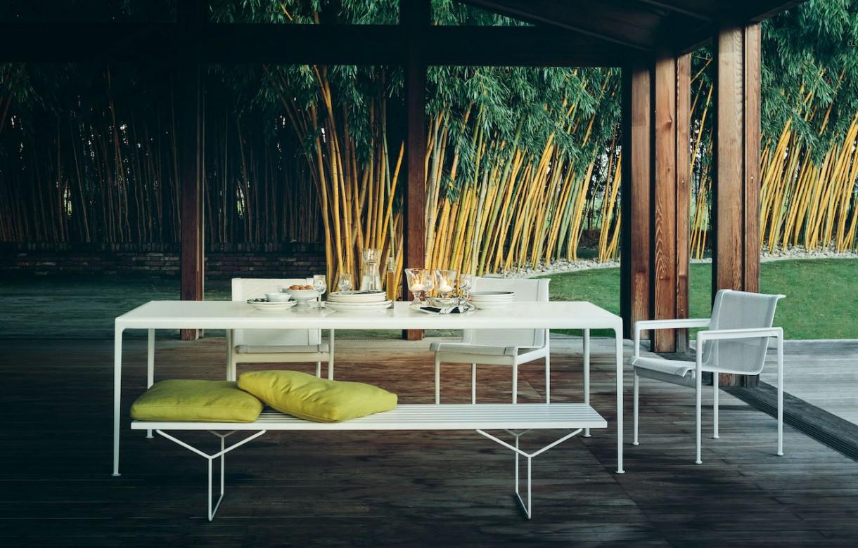 Ogród, Klasyki designu w ogrodzie - Propozycją do zewnętrznej strefy wypoczynku jest również krzesło z ramą z teku zaprojektowane przez Jensa Risoma w 1943 roku albo współczesny klasyk, czyli organiczne w formie krzesło Washington Skeleton autorstwa David Adjaye.