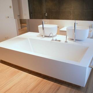 Wanna wolnostojąca z kompozytów solid surface i GFK Luxum