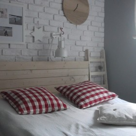 Sypialnia z odrobiną czerwieni.