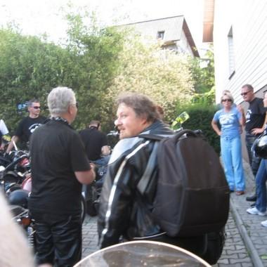 Nasza koleżanka miała urodziny ,mąż przygotował jej niespodziankę kilkanaście motorów i głośne STO LAT  pod tarasem , wielkie zdziwienie nie tylko IZY  ale i sąsiadów . Jestem  na fokach drogie  koleżanki, dodałam parę zdjęć z wypadu do  Rabsztyna  . ZAPRASZAM