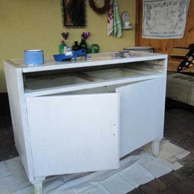 Mając trochę wolnego czasu wzięłam się za odnowienie kuchennej półki i remont starej szafki.Z półką nie miałam problemów,natomiast szafkę musiałam skrobać z olejnej farby,szlifować i oczywiście malować.Solidny dębowy blat potraktowałam bejcą i bezbarwnym akrylowym lakierem.A ogródek tonie jeszcze  w kwiatach.