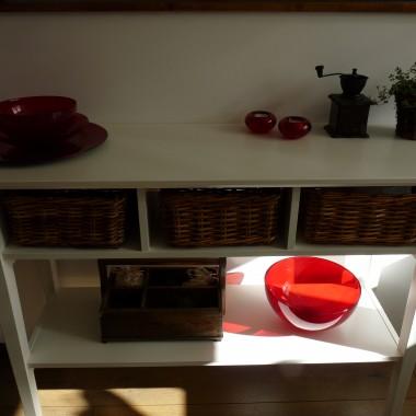 """Miał być pod niską ścianką niewielki stolik, taki, żeby zjeść śniadanie. Jednak nie mogąc znaleźć stołu o odpowiadających mi wymiarach i wyglądzie, wpadłam na inny pomysł. Pomocnik (czy bufet lub konsola), oczywiście biały i oczywiście z niezastąpionej Ikei. Choć szukałam też gdzie indziej, a jakże. Jednak na końcu poszukiwań wróciłam do Ikei, bo i wygląd sympatyczny i cena normalna. A śniadania jemy """"za rogiem"""", przy stole w salonie. Ja mam zaś miejsce do eksponowania moich drobiazgów. Wystawę, jak mówi mąż."""