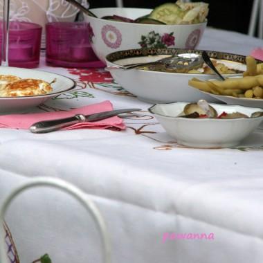 na drugie....sadzone jajeczka i fasolka szparagowa, surówka i sałatka z ogórków z papryką (mniam!)