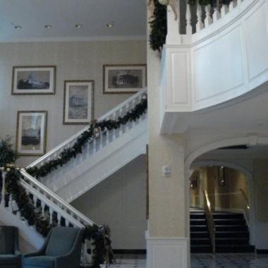Zdjęcia  aranżacji schodów, a dokładnie klatek schodowych - samych ścian. Nie chciałam umieszczać zdjęc z firankami :-), chodzio mi o fotogalerie, sposób rozmieszczenia zdjęć, obrazów itp.Bardzo trudno było znaleźć ciekawe zdjęcia - bardzo niedoceniane miejce, więc umieszczam pomysły dla potomnych :-)