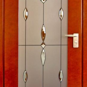 Drzwi z witrażem.