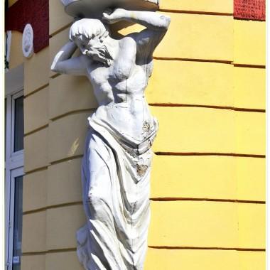 Ponieważ pytacie ,Moje Drogie,jak odbieram Polskę po powrocie...chętnie odpowiadam : wspaniale! Kraj kolorowy,zadbany, sklepy pełne towarów,domy i ogrody rozkwitają...Widać olbrzymi postęp.Tylko się radować. Urzędów jeszcze nie odwiedzała,więc humor mi dopisuje. Sanok jest miastem b.ładnym. Sporo chodzę na spacery z...Alfikiem i pstrykam fotki.W domu zapowiada się większy remont (podłogi od podstaw),ale na szczęście różnorodne materiały budowlane są dostępne...gorzej  z fachowcami.  Deptak odwiedzam regularnie,witam Szwejka i popijam smaczną kawę pod parasolkami. Alfik zawsze dostaje miseczkę wody.Upały dokuczliwe,ale do zniesienia. Pozdrawiam serdecznie i zapraszam w Bieszczady.