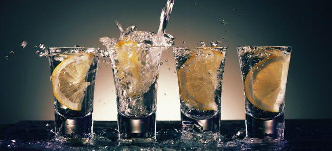 Czas życia krótki, kropnijmy wódki! 11 zastosowań trunku, o których nie miałeś pojęcia
