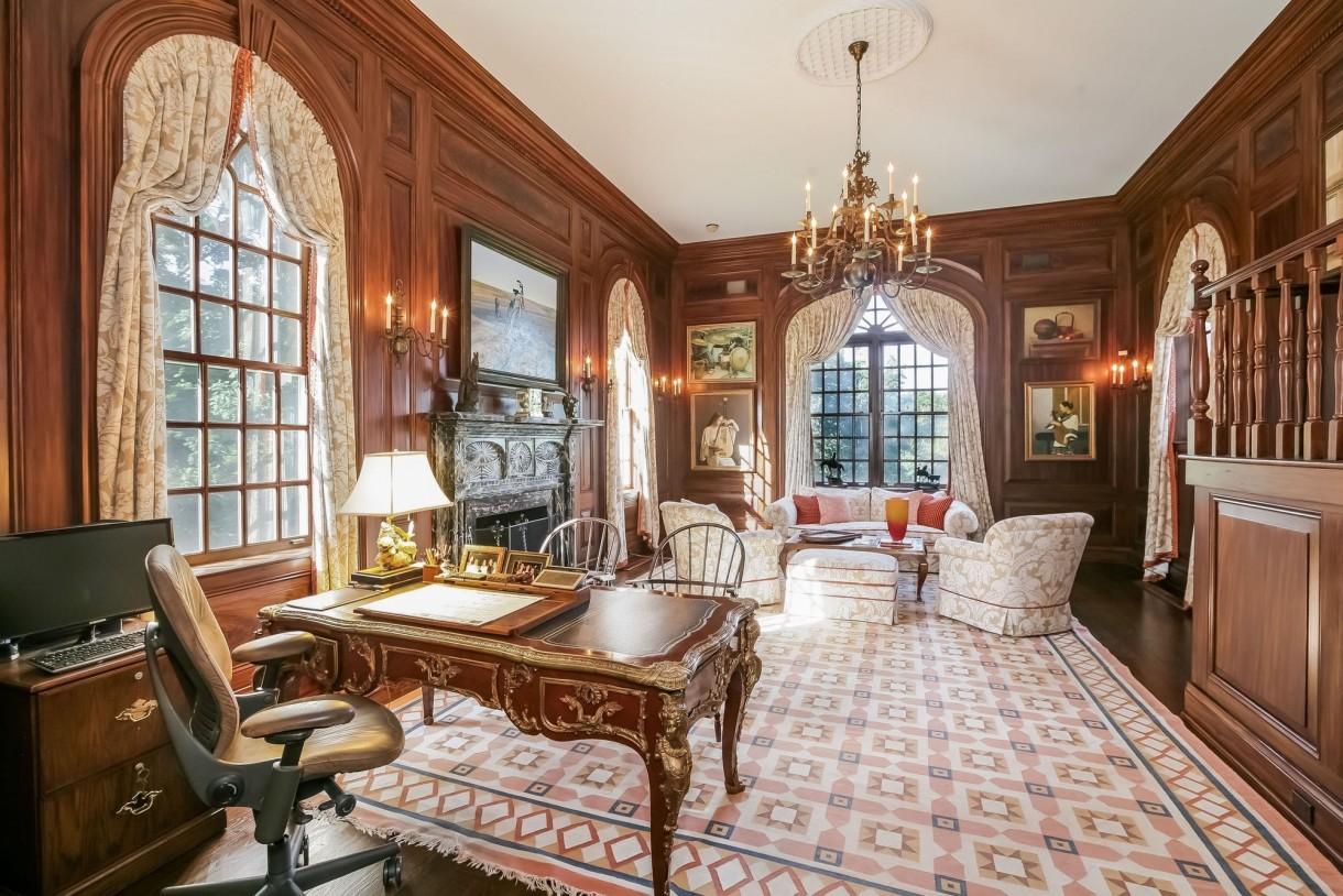 Domy sław, Michael Douglas i Catherine Zeta Jones kupili nowy dom - Budynek zbudowano na początku lat 30. XX wieku. Wewnątrz znajdują się aż 22 pomieszczenia, w tym: duża garderoba, osiem sypialni, dziesięć łazienek, salon, jadalnia, ogromna – dwupiętrowa biblioteka, siłownia oraz w pełni urządzona kuchnia z marmurowymi blatami.  Fot. IMP FEATURES/East News
