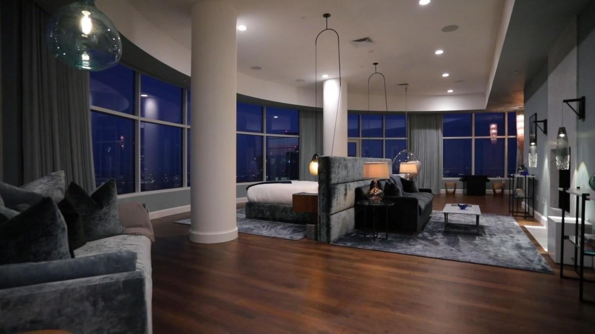 Domy sław, Matthew Perry sprzedaje apartament - Ultranowoczesne mieszkanie ma duże okna od podłogi do sufitu. Budynek zbudowany jest tak, że tworzy wewnętrzne atrium z podświetlanym basenem. W domu jest kominek z otwartym paleniskiem, duża kuchnia, trzy sypialnie oraz 5 łazienek.   Do dyspozycji jest też sala kinowa z przeszkloną ścianą przez którą można zajrzeć do wnętrza basenu. Do tego garaż na dwa samochody. Za wystrój wnętrz odpowiadają architekt Scott Joyce i znany projektant wnętrz LM Pagano.  IMP FEATURES/East News