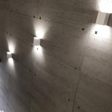 Płyty betonowe Luxum w klasie INDUSTRIAL, na ścianie w korytarzu.