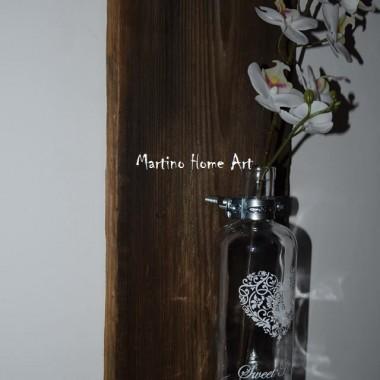 Doskonały na kwiaty, ale można użyć go również jako świecznik. Wykonany ze starej deski modrzewiowej , na której widoczne są piękne słoje.