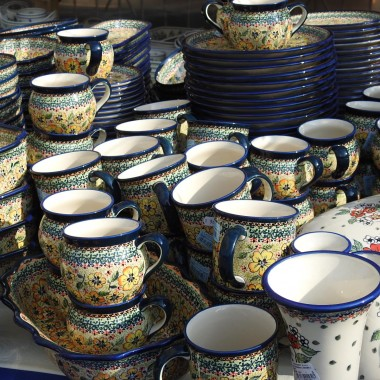 Zapraszam do Bolesławca na ceramiczną opowieść w obrazkach.Dwudzieste czwarte święto ceramiki Bolesławiec odbyło się w dniach od 15 do 19 sierpnia.Od kilku lat śledziłam relacje w internecie aż w końcu w tym roku miałam okazję poznać i zobaczyć na własne oczybolesławieckie tradycje garncarskie.W Manufakturze Bolesławiec poznaliśmy proces produkcji ceramiki na każdym etapie jej wytworzenia.Od powstawania masy ceramicznej przez proces odlewu form,ręczne tłoczenie,oczyszczanie,wypalanie,zdobienie,szkliwienie i drugie ostateczne wypalanie po procesie szkliwienia...Dzban przy dzbanie,kubki,miski ...i wazySurowe,biskwit,malowane ....Półprodukty i wyroby gotoweFormy,wzory i kolory...Zobaczcie sami.Zapraszam do Manufaktury Bolesławiecgdzie powstaje produkt ludzkich rąk tak bardzo rozpoznawalny w świecie :)