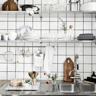 To samo mieszkanie (51m2) w dwóch odsłonach .Najmniej zmian  nowi właściciele  wprowadzili w kuchni.