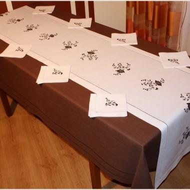 Obrusy ręcznie haftowane, kolekcja współczesna.
