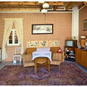 Mieszkanie w PRL – meblościanka, dywan i frania