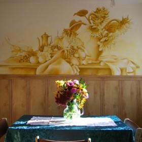 Malowidło monochromatyczne w jadalni