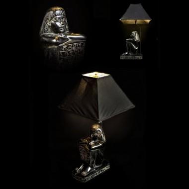 Lampa stolikowa przedstawiająca siedzącą postać Egipcjanina oraz egipskie hieroglify, wykonana z konglomeratu kamienia i żywicy&#x3B; lampa zwieńczona abażurem z czarnego płótna&#x3B; wysokość lampy 70cm&#x3B; szerokość abażuru 38cm