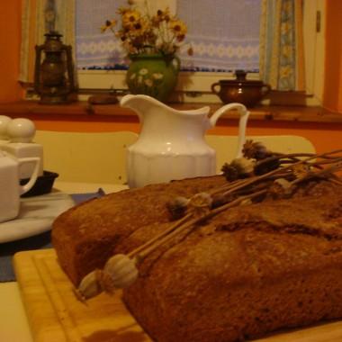 Świeży chleb i stare makatki.