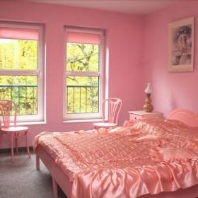 Jak zmienić taką różową bezę w modny pokój nastolatki